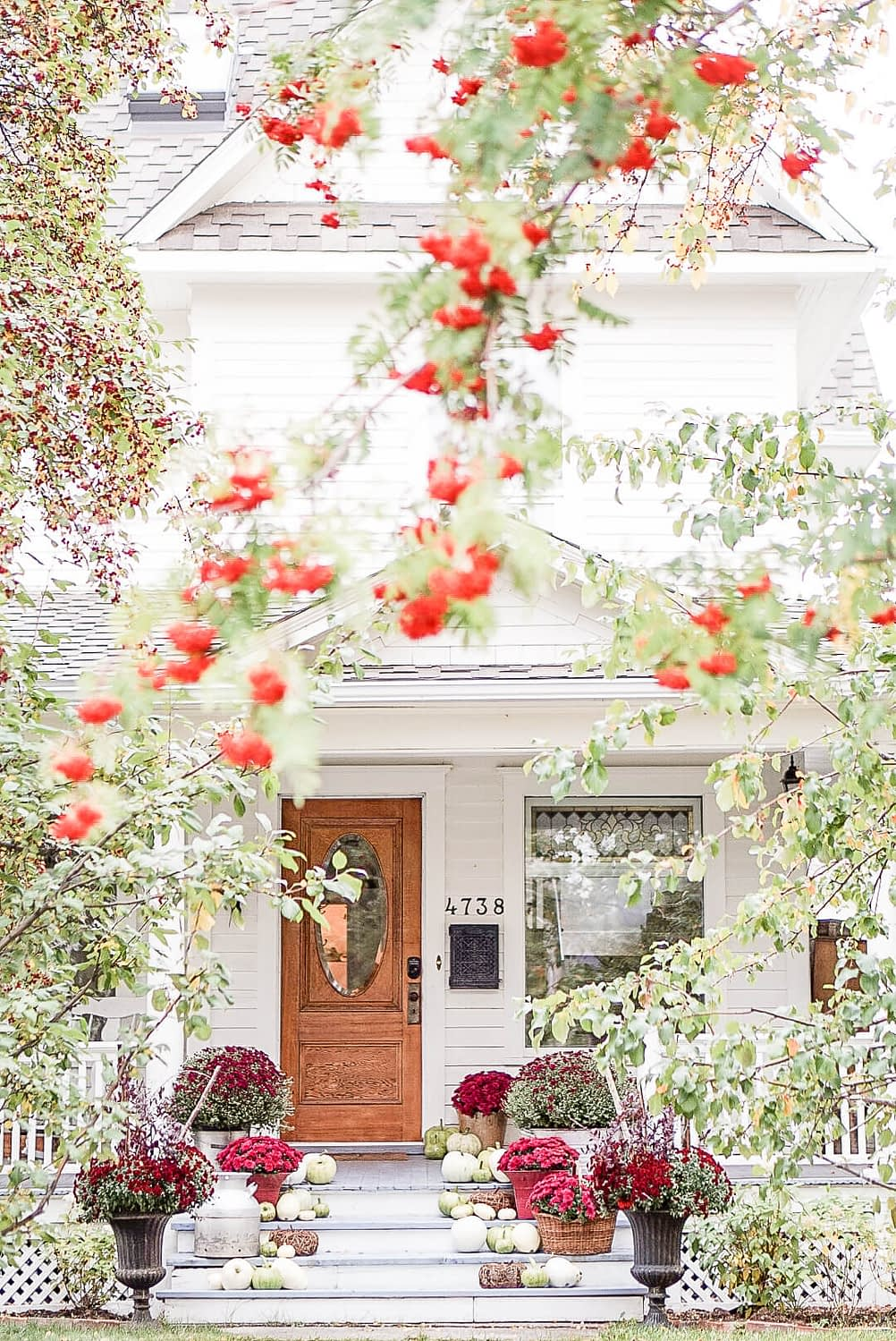 Fall-Front-Entrance-white-house-Autumn-Outdoor-fall-farmouse-decor Home-Tour-birch-wood-mums-and-pumkins-foliage-pink-flowers