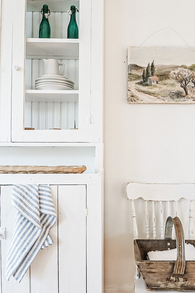 Farmhouse Dinning Hutch White Details